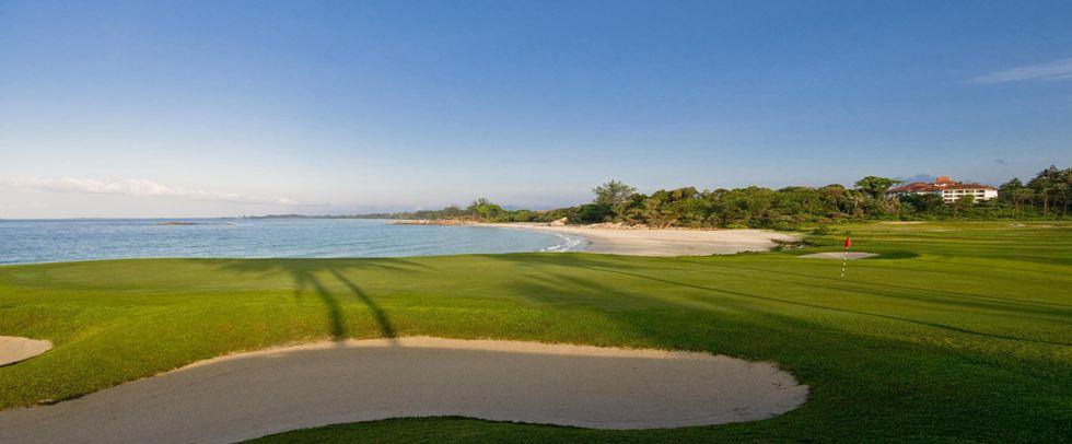 民丹岛泄湖酒店拥有2个世界标准的18洞高尔夫球场,如果你想提高