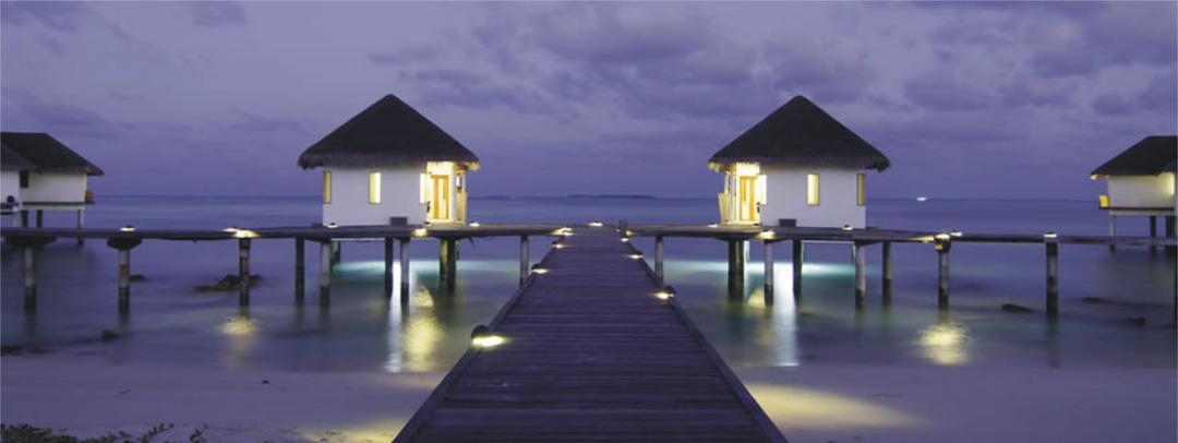 岛上总共有103栋别墅,提供10种不同风格的别墅,所有别墅都是以亿万豪宅的规格来建造的包含了有半开放花园式浴室、热带花园、凉亭、按摩泳池和私人沙滩。加上别墅之间都由成片的树木相隔,既宽阔有又有隐密性,即便是在半露天的浴室沐浴,也能坦然享受与大自然的接触。更让人贴心的是每栋别墅都有一位24小时的私人管家,他们无微不至的照顾入住客人的生活需要,带来绝对尊崇的呵护。别墅内的装修也处处体现着天然、纯朴、舒适的理念,没有过多现代装饰,尤其适合渴望回归自然的高端度假者。 Sunset Beach Villa日落沙滩